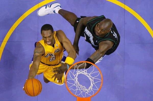 Kobe Bryant (en jaune) face à Kevin Garnett lors de la finale de Conférence Ouest 2004 entre les Lakers et les Timberwolves