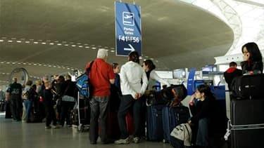 A l'aéroport de Roissy-Charles-de-Gaulle, vendredi. Le trafic aérien risque d'être encore très perturbé samedi en France, une partie des aéroports du nord du pays restant fermés à cause du nuage de cendres volcaniques venu d'Islande. /Photo prise le 16 av