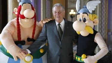Albert Uderzo entouré d'Obélix et Astérix en 2015.