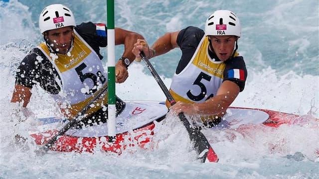 Les Français Gauthier Klauss (à droite) et Matthieu Péché se sont qualifiés jeudi pour la finale de l'épreuve de canoë biplace des Jeux olympiques de Londres et ont plus que jamais le podium en ligne de mire. /Photo prise le 2 août 2012/REUTERS/Suzanne Pl