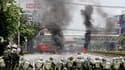 """De nouveaux affrontements ont éclaté entre l'armée thaïlandaise et les """"chemises rouges"""" dans le centre de Bangkok. Deux personnes ont été tuées et au moins 18 autres blessées, dont trois journalistes depuis le début des affrontements jeudi soir, selon de"""