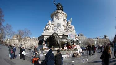 Fleurs, messages, dessins... Le mémorial improvisé place de la République (IIIe arrondissement de Paris) à la mémoire des 17 victimes des attentats de Paris, photographié le 7 février 2015.