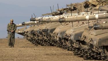 Des chars israéliens postés dans une zone d'entraînement sur le plateau du Golan à l'été 2013