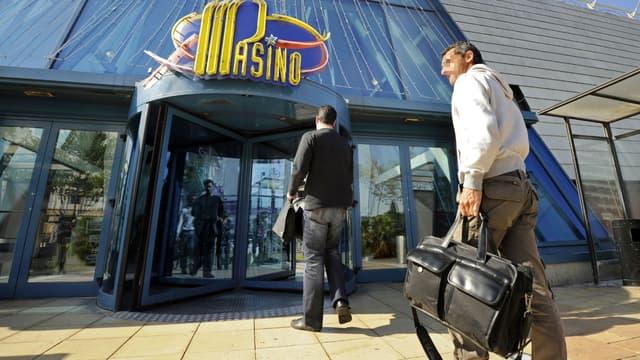 Des enquêteurs de la police, le 18 avril 2011 au Casino Partouche d'Aix-en-Provence, à la suite d'une attaque de l'établissement
