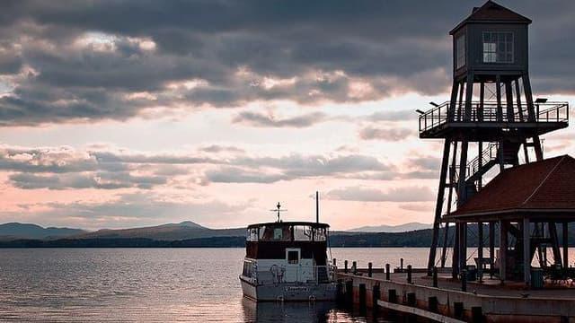 L'île Charest, située non loin de la ville de Magog, au Québec, est à vendre pour 750 000$