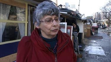 Véronique Decker, la directrice de l'école Marie-Curie de Bobigny, dans le camp rom qui a pris feu mercredi.