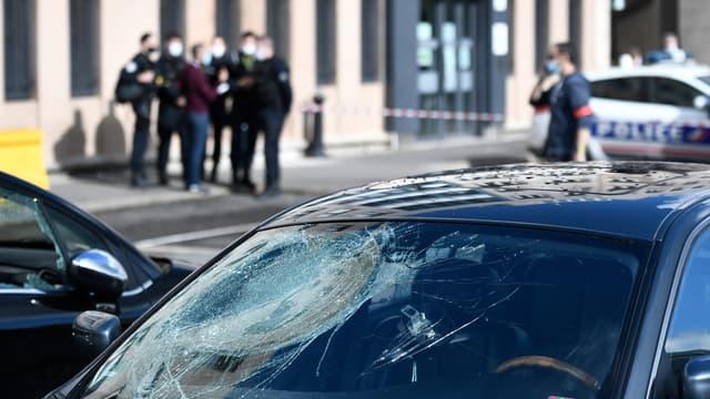Une voiture dégradée face au commissariat de Champigny-sur-Marne, au lendemain des attaques qui l'ont visé samedi 10 octobre 2020