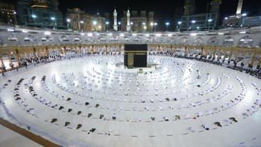 Des pèlerins prient avec distanciation à La Mecque, au premier jour du ramadan le 13 avril 2021.