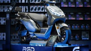 Les enseignes Fnac et Darty proposent la nouvelle gamme de scooters Model E du constructeur français RED Electric, en démonstration dans une trentaine de magasins