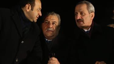 Muammer Güler entouré des ministres des Affaires Etrangères et du ministre de l'Economie turcs, le 24 décembre à l'aéroport d'Ankara.