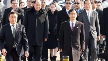 La délégation nord-coréenne entoure Kim Yo-jong, la sœur du leader nord-coréen pour son arrivée à Pyeongchang, jeudi 9 février.