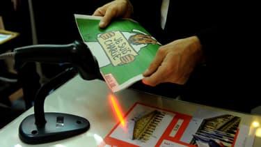 """Au kiosque de l'Assemblée nationale, le """"numéro des survivants"""" de """"Charlie Hebdo"""" s'est arraché dès sa sortie."""