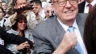 """Pour son dernier 1er-Mai en tant que président du Front national, Jean-Marie Le Pen a lancé un appel à l'unité, affirmant que le score de son camp aux élections régionales était le """"prologue"""" de succès à venir. /Photo prise le 1er mai 2010/REUTERS/Thomas"""