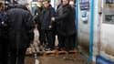 """François Fillon à Cherbourg, où il a assuré que le gouvernement """"hâterait"""" le processus de reconnaissance de catastrophe naturelle pour les victimes des fortes inondations qui ont touché la ville pendant le week-end. /Photo prise le 6 décembre 2010/REUTER"""