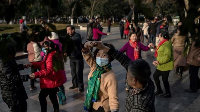 Des personnes âgées dansent le long du Yangtze, à Wuhan en Chine le 11 janvier 2021, un an après le signalement du premier mort du coronavirus dans ce pays. (Photo d'illustration)