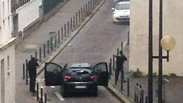 Chérif et Saïd Kouachi, auteurs de l'attaque contre l'hebdomadaire Charlie Hebdo, font face à des policiers, le 7 janvier 2015 à Paris