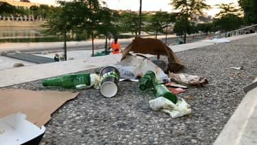 Des déchets le long des berges du Rhône.