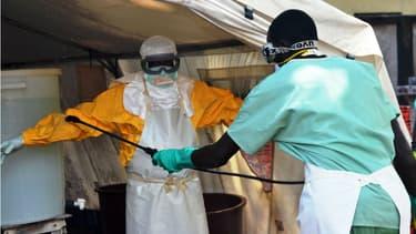 Malgré les mesures de protection, le personnel de santé est aussi touché par l'épidémie d'Ebola.