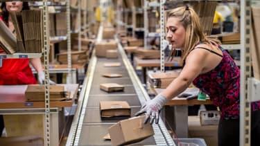 Une salariée dans un entrepôt d'Amazon