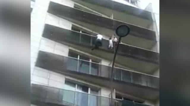 L'enfant s'est accroché à un balcon après avoir chuté d'un étage.