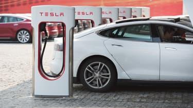 Trop de clients de Tesla utilisaient les aires Superchargeurs comme des places de stationnement gratuites. Un simple tweet a convaincu Elon Musk de mettre fin à cet abus.