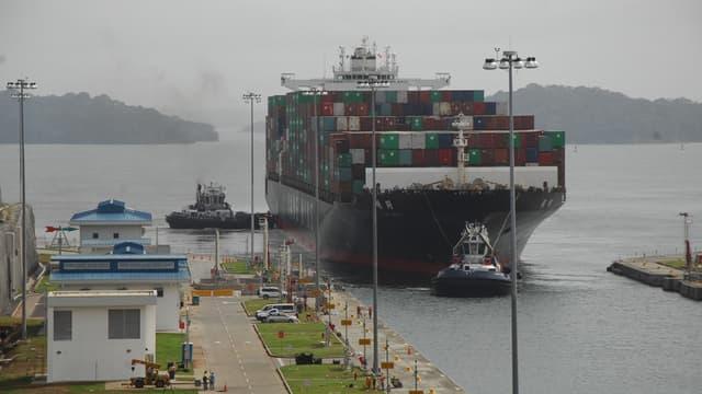 Un navire traversant l'une des écluses du canal de Panama en décembre 2016
