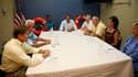"""Barack Obama et son épouse Michelle, lors d'une rencontre avec des habitants de Panama City, en Floride, ainsi que des représentants des autorités locales. Le président américain a déclaré les plages du golfe du Mexique """"ouvertes aux activités"""" samedi lor"""