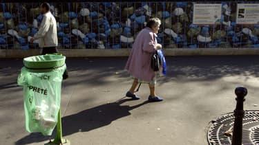 Une poubelle dans une rue de Paris (photo d'illustration).