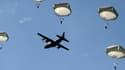 Plus de 900 parachutistes ont sauté dimanche au dessus de Sainte-Mère-Église, dans la Manche,