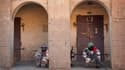 Militaires maliens à Gao. Maison par maison, les soldats maliens recherchaient lundi dans Gao les rebelles islamistes dont l'offensive ce week-end illustre le risque d'enlisement des forces françaises. /Photo prise le 10 février 2013/REUTERS/Francois Riho