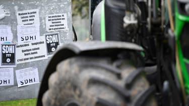 Des autocollants contre les pesticides SDHI sur un panneau en marge d'une manifestation contre le maire de Langouet, le 14 octoobre 2019