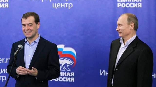 Le président russe Dmitri Medvedev et son Premier ministre Vladimir Poutine (à droite). Le parti au pouvoir, Russie unie, devrait obtenir 238 des 450 sièges à la Douma après les élections législatives de dimanche. Selon les prévisions basées sur des résul