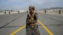 Des Talibans armés sur le tarmac de l'aéroport de Kaboul le 31 août 2021