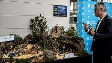 Laurent Wauquiez présente l'exposition consacrée aux santons, installée au siège de la région Auvergne-Rhône-Alpes, à Lyon, le 4 décembre 2017.
