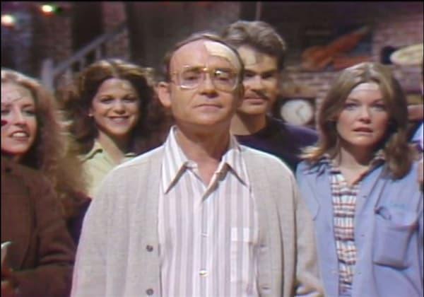 Buck Henry en 1976 sur le plateau de SNL