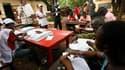 Le décompte des bulletins s'ouvre dans le quartier de Sig-Madina, dans la capitale guinéenne Conakry. L'élection présidentielle, la première démocratique depuis l'indépendance de 1958, s'est déroulée dimanche sans incidents. Les résultats du premier tour