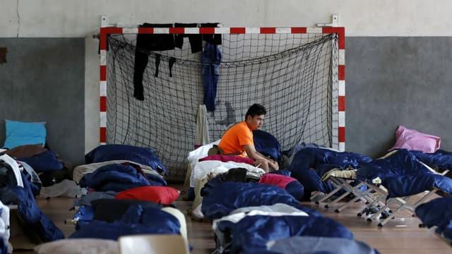 Des migrants accueillis dans un gymnase du campus de l'université Panthéon-Assas en août 2017 (illustration)