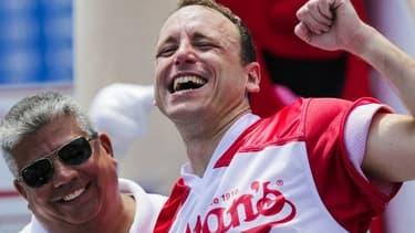 Joey Chestnut, après sa victoire au concours annuel du plus grand mangeur de hot-dogs à Coney Island, près de New-York.