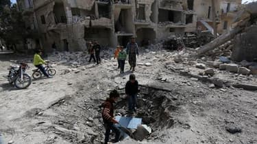 Une rue d'Alep après un bombardement des forces syriennes le 19 avril 2015