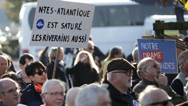 Des manifestants défilent en soutien au projet d'aéroport à Notre-Dame-des-Landes, à l'aéroport de Nantes-Atlantique le 14 octobre 2017.