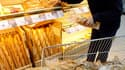 La consommation des ménages français en produits manufacturés a rebondi de 2,7% en juillet puis reculé de 1,6% en août, selon des données CVS/CJO publiées mardi par l'Insee. /Photo d'archives/REUTERS/Eric Gaillard