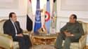 L'ex-Premier ministre égyptien Kamal Ganzouri (à gauche) lors d'un entretien avec le maréchal Mohamed Hussein Tantaoui, président du Conseil suprême des forces armées (CSFA) au pouvoir. Selon la presse officielle, l'ancien chef du gouvernement, aux affair