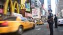 Policiers déployés à Times Square, à New York, vendredi. Selon la secrétaire d'Etat américaine Hillary Clinton, Al Qaïda se trouvait derrière la menace qualifiée de crédible mais non confirmée à l'encontre des Etats-Unis, notamment New York et Washington.