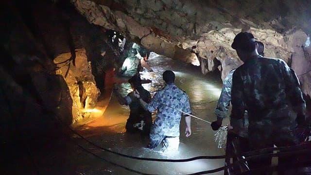 Les sauveteurs parviennent à s'approcher de la zone où sont réfugiés 12 enfants piégés dans une grotte inondée en Thaïlande.