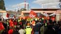Des salariés de la ville de Villejuif rejoignent les grévistes bloquant l'entrée de la raffinerie de Grandpuits, en Seine-et-Marne. Le gouvernement a continué jeudi à agiter le bâton contre les opposants à la réforme des retraites qui bloquent les dépôts