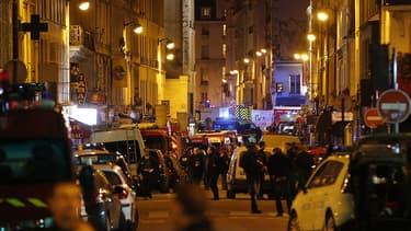 Les abords du Bataclan, pendant 'attaque terroriste et la prise d'otage qui a eu lieu vendredi 13 novembre dans la salle de spectacle parisienne.