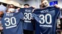Des supporters du PSG posent avec le maillot de Lionel Messi floqué de son numéro 30