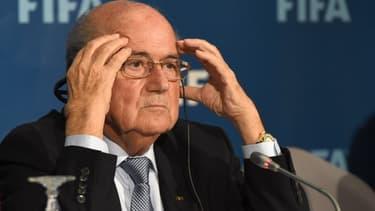 Sepp Blatter se trouve au coeur des critiques, alors que le dirigeant brigue un cinquième mandat à la tête de la Fifa.