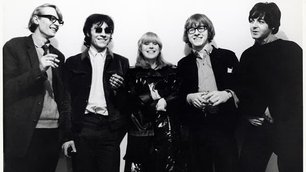Barry Miles, John Dunbar, Marianne Faithfull, Peter Asher et Paul McCartney, à la galerie Indica, en 1965.