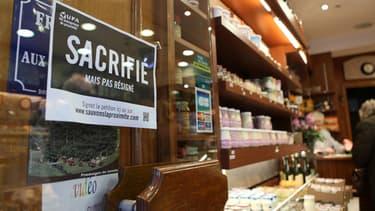 Entrée d'une fromagerie parisienne qui participe au mouvement de colère des artisans-commerçants contre la pression fiscale.